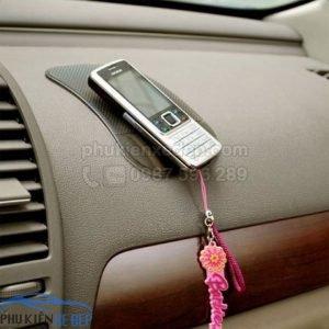 Miếng dán chống trượt điện thoại trên ô tô